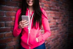 Image de plan rapproché d'une femme à l'aide du smartphone images libres de droits