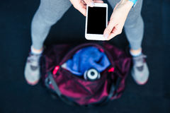 Image de plan rapproché d'une femme tenant le smartphone Photos libres de droits