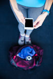 Image de plan rapproché d'une femme tenant le smartphone Photo libre de droits