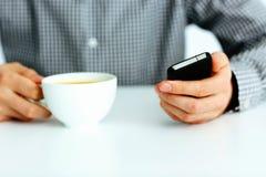 Image de plan rapproché d'une main masculine dactylographiant sur le smartphone Image stock