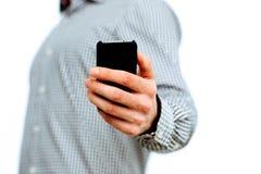 Image de plan rapproché d'une main masculine tenant le smartphone Photo libre de droits