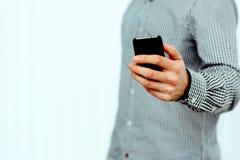 Image de plan rapproché d'une main masculine tenant le smartphone Image libre de droits