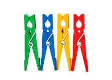 Image de plan rapproché des pinces à linge colorées d'isolement Photos stock