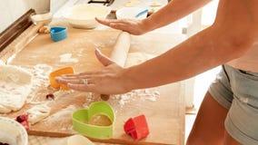 Image de plan rapproché de pâte de roulement de jeune femme avec la goupille en bois Femme au foyer faisant la pizza à la maison  images stock