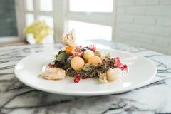 Image de plan rapproché de salade de fruits mélangée avec les crevettes frites du plat blanc Photographie stock libre de droits