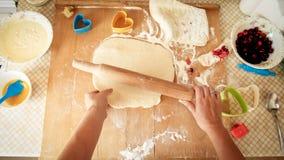 Image de plan rapproch? de p?te de roulement de jeune femme avec la goupille en bois Femme au foyer faisant la pizza ? la maison  images libres de droits