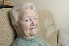 Image de portrait d'une femme supérieure s'asseyant à l'intérieur Photos stock