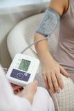 Image de pression de mesure de docteur de patient sur le tonometer Photos libres de droits