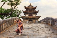 Image de prise de touristes femelle sur le pont en pierre en Chine photos stock