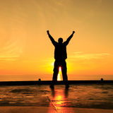Image de silhouette d'homme heureux montrant l'action de gagnant Images stock