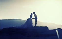 Image de silhouette des jeunes mariés Images libres de droits