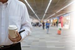 Image de tache floue de beaucoup de personnes marchant pour déclencher à l'aéroport Photographie stock libre de droits
