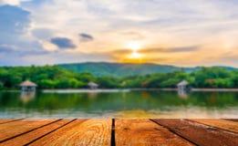 image de tache floue de montagne et de ciel de coucher du soleil à l'arrière-plan Photos libres de droits