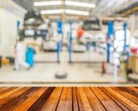 image de tache floue de voiture de fixation de travailleur dans le garage de ther image stock