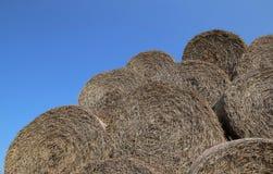 Image de tas des balles de foin avec un ciel bleu Images libres de droits