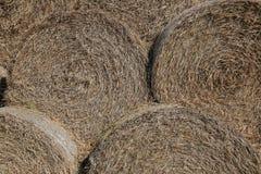 Image de tas des balles de foin utilisables comme fond Image stock