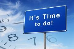 Temps et concept de panneau routier d'horloge Photo stock