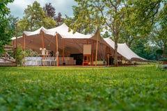 Image de tente énorme pour un événement l'épousant dans la nature image stock