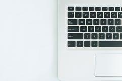 Image de Topview d'ordinateur portable d'ordinateur sur le lieu de travail photo libre de droits