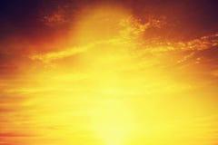 Image de vintage de ciel de coucher du soleil avec les nuages dramatiques foncés Fond Photographie stock libre de droits