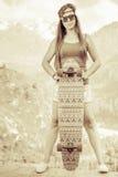 Image de vintage de jeune et belle fille hippie avec la planche à roulettes Images stock