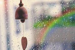 Image de vintage de petites cloches en bois sur la fenêtre avec r brouillé Photographie stock libre de droits