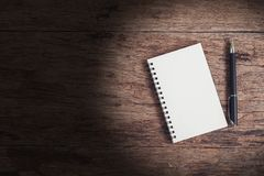 Image de vue supérieure de carnet ouvert avec le blanc sur la table en bois Photographie stock libre de droits