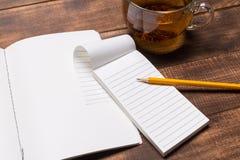 image de vue supérieure de carnet ouvert avec les pages vides à côté de la tasse de café sur la table en bois Maquette images stock