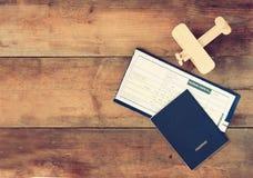 Image de vue supérieure d'avion et de passeport en bois de billet de vol au-dessus de table en bois Photographie stock
