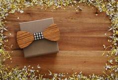 Image de vue supérieure de boîte préréglée et de noeud papillon en bois Father& x27 ; concept de jour de s Photographie stock
