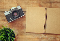 Image de vue supérieure de carnet vide et de vieil appareil-photo Rétro filtré Images libres de droits