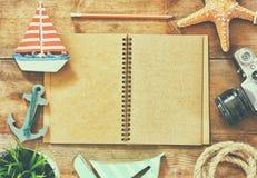 Image de vue supérieure de carnet vide ouvert, de voilier en bois, de mûr nautique et d'appareil-photo Concept de voyage et d'ave Photo stock