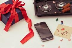 Image de vue supérieure de smartphone, avec un boîte-cadeau et la carte avec a Images stock