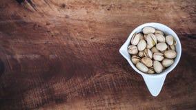 Image de vue supérieure des pistaches dans une tasse blanche photographie stock libre de droits