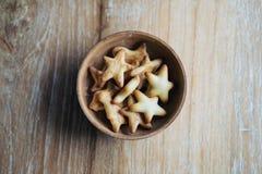 Image de vue supérieure de petits biscuits dans beaucoup de formes dans la tasse en bois Photo stock