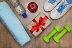 Image des accessoires et du boîte-cadeau de forme physique image libre de droits