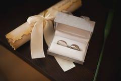 Image des anneaux s'engageants dans une boîte Images stock