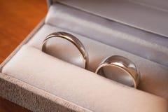 Image des anneaux s'engageants dans une boîte Photos libres de droits