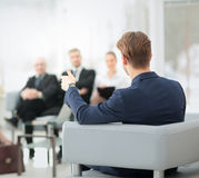 Image des associés discutant des documents et des idées au mee Photographie stock libre de droits