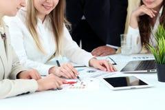 Image des associés discutant des documents et des idées lors de la réunion Photo stock