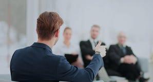 Image des associés discutant des documents et des idées au mee Image stock