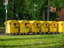 Image des bacs ? vidange jaunes, bac de recyclage pour les d?chets sp?ciaux, par la gr?le et le temps pluvieux photographie stock libre de droits