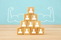 Image des blocs en bois avec des icônes de personnes au-dessus de table, établissant une équipe forte, des ressources humaines et Photographie stock libre de droits