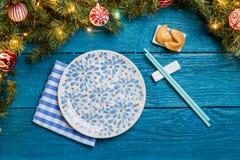 Image des branches de nouvelle année du sapin, biscuits avec la prévision, plats, bâtons pour des sushi image stock