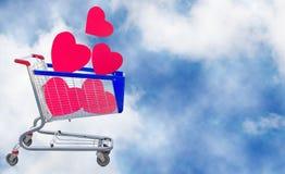 image des coeurs décoratifs dans le chariot à nourriture sur un fond de ciel Photo stock