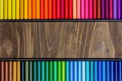 Image des crayons multicolores, deux rangées horizontales, fond en bois Photo libre de droits