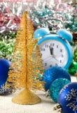 image des décorations de Noël, du réveil et du plan rapproché stylisé d'arbre de Noël photo stock