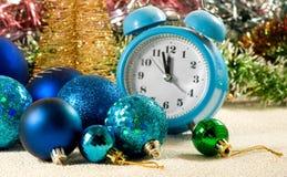 image des décorations de Noël, du réveil et du plan rapproché stylisé d'arbre de Noël photos stock
