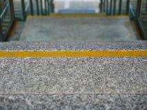 Image des escaliers de granit avec la ligne jaune marqueurs photo stock