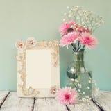 Image des fleurs roses et blanches et du cadre antique sur la table en bois le calibre, préparent pour mettre la photographie Image stock